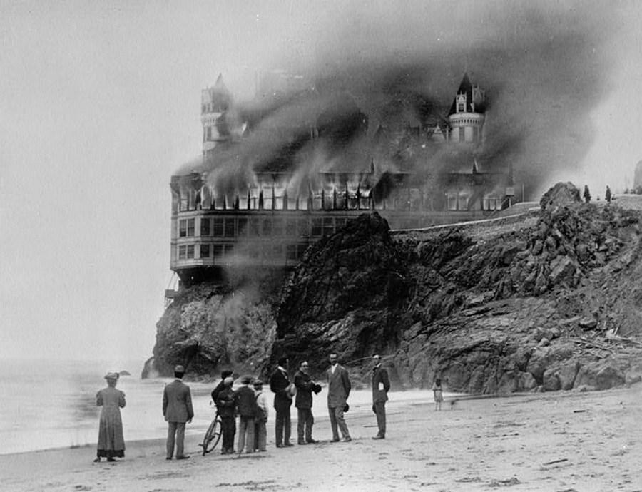 1907_a_gyonyoru_viktorianus_stilusu_cliff_house_etterem_es_szallo_eg_porig_a_san_francisco-i_partokon_sohasem_epult_ujja_eredeti_formajanban_cr.jpg