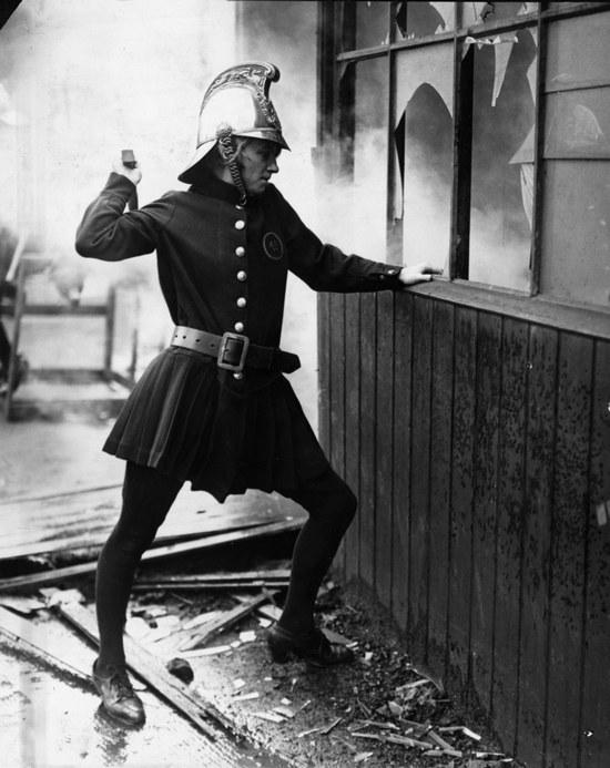 1926_londoni_noi_tuzoltobrigad_egy_tagja_munka_kozben_.jpg