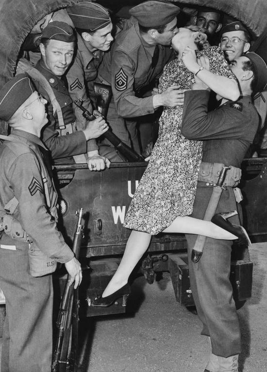 1941_martha_o_driscoll_amerikai_szineszno_bucsuztatja_a_frontra_indulo_katonakat_.jpg