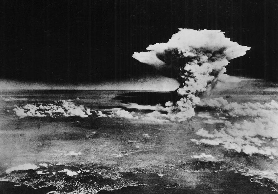 1945_augusztus_6_egy_tavolabbi_nezopontbol_lathato_a_hiroshimara_dobott_atombomba_felhoje_egy_oraval_a_detonacio_utan_.jpg