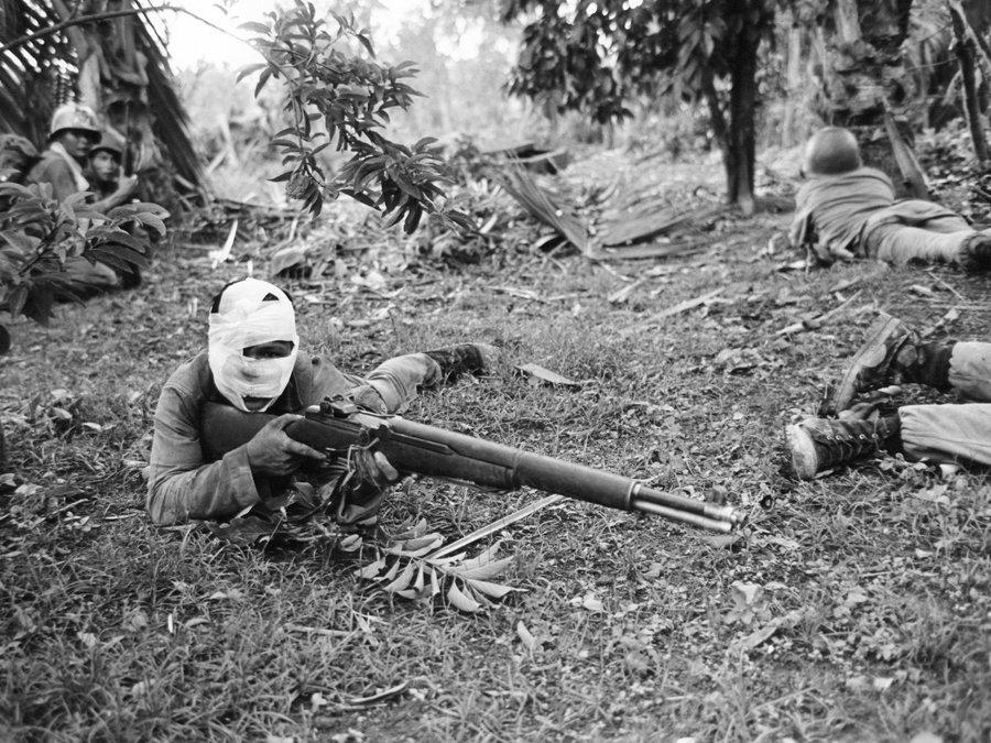 1965_vietnam_dong_xoai-i_csataban_egy_serult_vietnami_ranger_harcol_a_vietkong_csapatok_ellen_.jpg