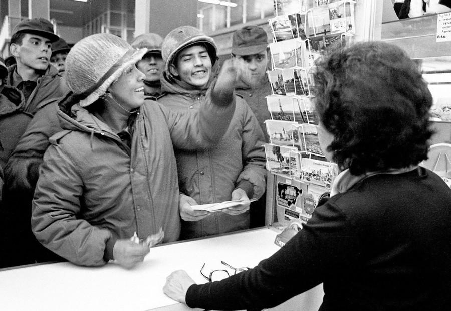 1982_argentin_katonak_kepeslapot_vasarolnak_egy_brit_boltban_a_falkland-szigeteki_port_stanleyben_egy_honappal_a_brit_partraszallas_elott_.jpg