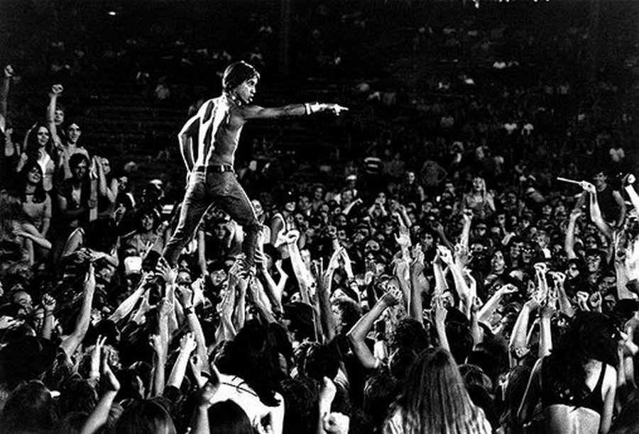 1970-es_evek_iggy_pop_aki_feltalalta_a_stage-walkingot_.jpg
