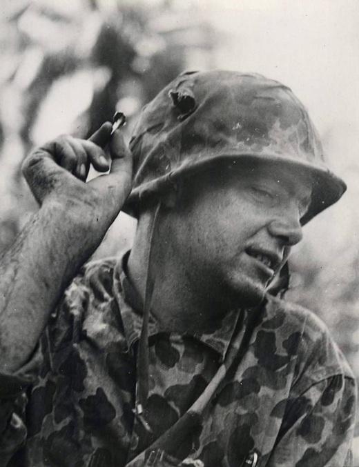 1943_bougainville_salamon-szigetek_tom_heaton_fohadnagy_mutatja_a_japan_lovedeket_ami_behorpasztotta_siskjat_.jpg