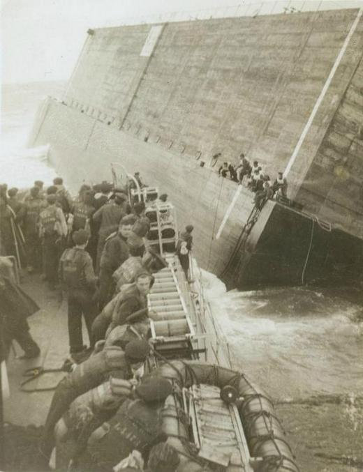 1944_szeptember_24_a_hmcs_swansea_kanadai_fregatt_menti_ki_az_embereket_egy_megbillent_molorol_.jpg