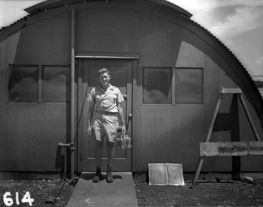 1945_augusztus_harold_agnew_kezeben_a_nagasakira_nehany_nappal_kesobb_ledobott_fat_man_atombomba_plutonium_magjaval_.jpg