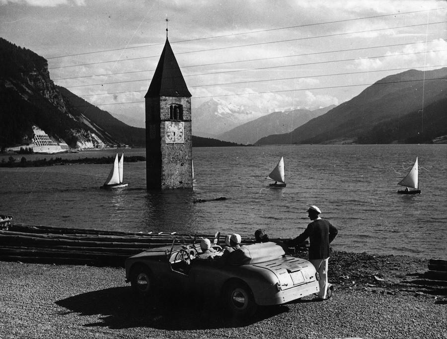1953_a_mesterseges_reschensee_altal_elarasztott_graun_falu_megmaradt_templomtornya_del-tirolban_.jpg