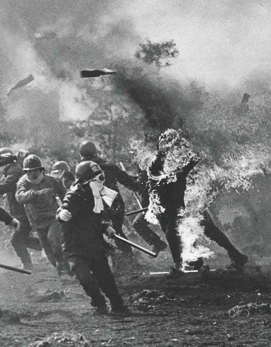 1960_japan_szocialistak_tiltakoznak_az_uj_tokioi_nemzetkozi_repter_epitese_ellen_az_egyik_tiltakozo_sajat_molotovkokteljatol_kapott_langra_.jpg