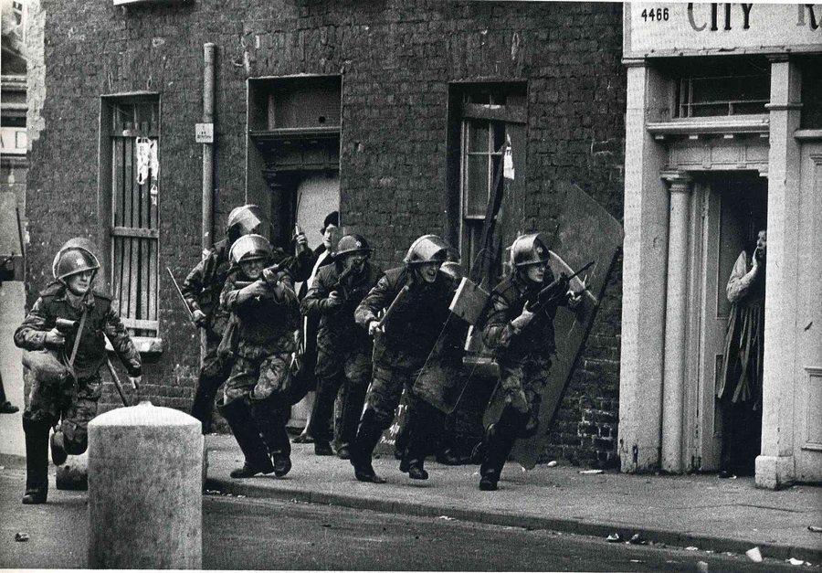 1970_londonberry_bogside_eszak-irorszag_brit_csapat_indul_rohamra_megijesztve_ezzel_egy_haziasszonyt_.jpg