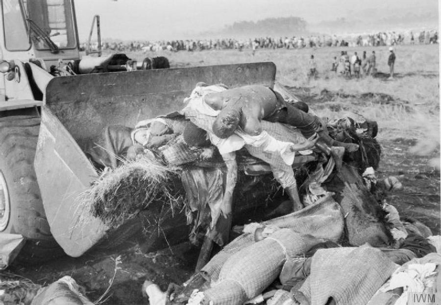 1994_tuszik_nepirtasa_elol_menekulo_hutuk_holttesteit_bulldozerrel_szallitjak_es_temetik_el_a_zairei_menekulttaborban_legtobbjuk_ehenhalt_vagy_a_kolera_kovetkezteben_vesztette_eletet_.jpg