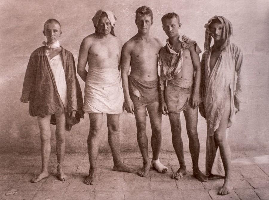 1915_hans_luhrs_nemet_hadnagy_embereivel_miutan_atkelt_a_sivatagon_hogy_szabotaljon_egy_brit_olajvezeteket_visszateroben_tobbszor_is_kiraboltak_oket_a_sivatagi_arab_torzsek_es_szo_szerint_mindenuket_elvettek_.jpg