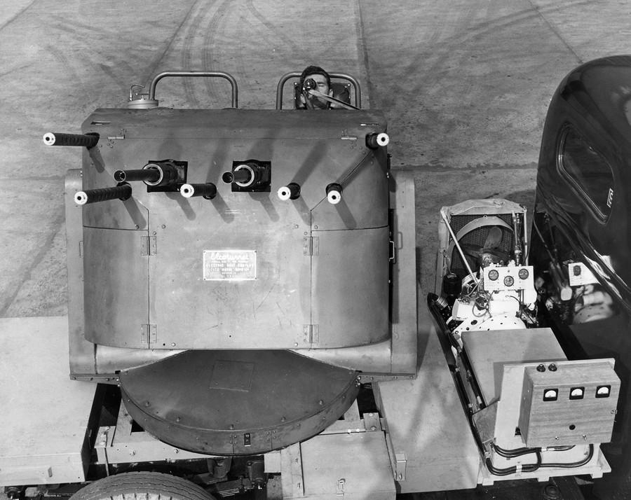 1944_a_elco_mutatja_be_legujabb_fejlesztesu_thunderbolt_lotornyat_amiben_hat_50-es_kaliberu_es_ket_20_mm-es_fegyverrel_lohetett_egy_kezelo_.jpg