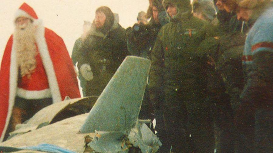 1984_a_mikulas_is_megtekintette_az_inari-to_jegere_zuhant_eltevedt_szovjet_tamadoraketat_.jpg
