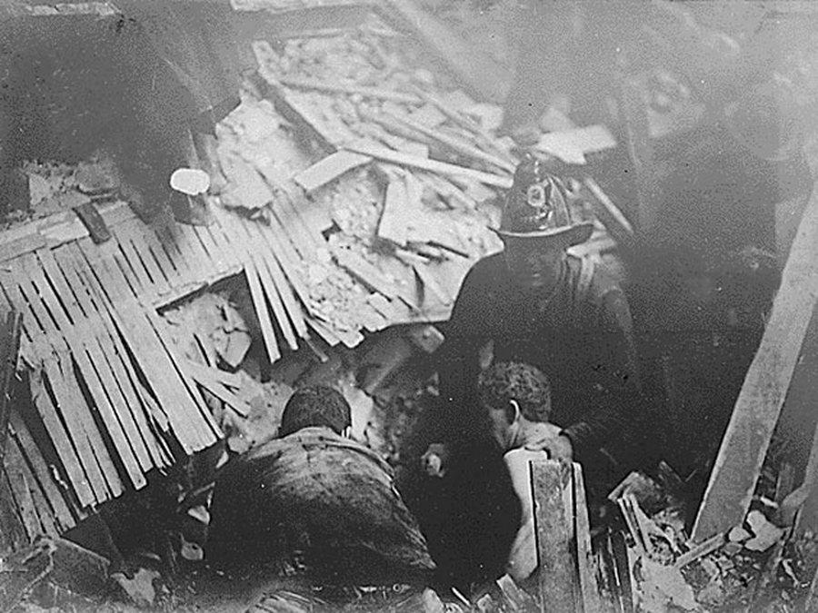 1906_a_san_francisco-i_foldrenges_es_tuzvesz_idejen_a_tuzoltok_szabaditanak_ki_egy_romok_ala_szorult_embert_.jpg