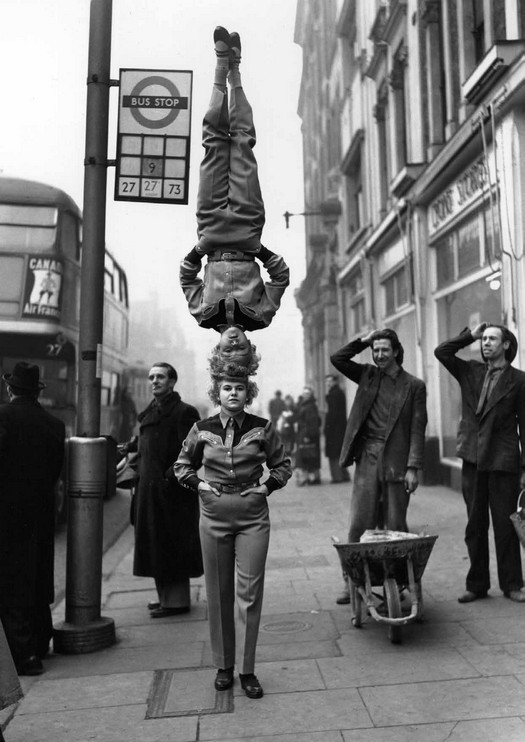 1953_a_bertram_mills_circus_noi_artistai_reklam_celbol_setalnak_londonban_.jpg