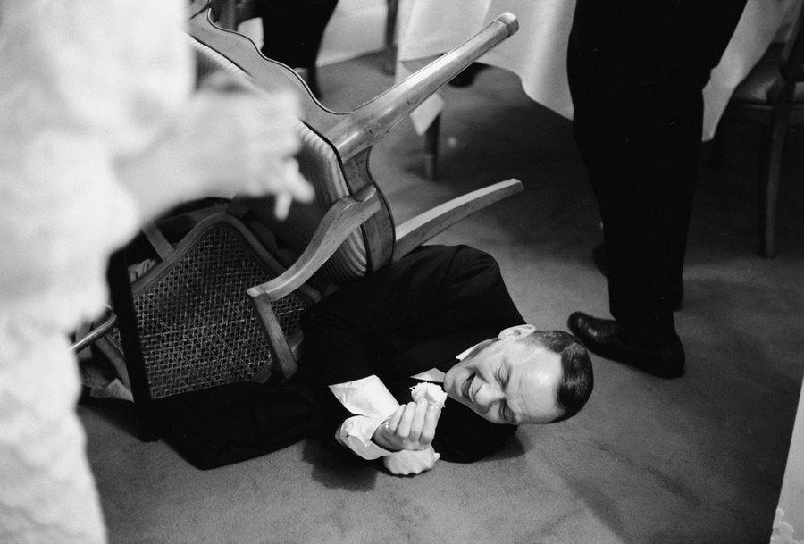 1965_frank_sinatra_leesett_egy_szekrol_a_nevetestol_.jpg