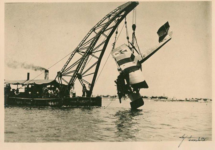 1917_egy_legvedelem_altal_lelott_osztrak_k228_repulogep_kiemelese_velence_kozeleben_.jpg