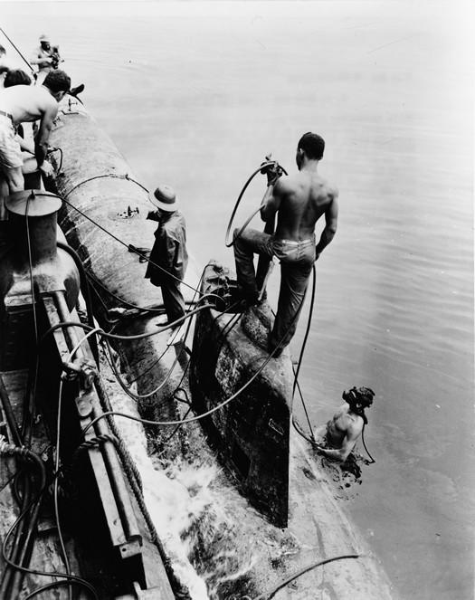1942_amerikaiak_altal_elfogott_egy_a_nyolc_japan_ko-hyoteki_osztalyu_minitengeralattjarobol_amik_behatoltak_pearl_harbor-ba_.jpg