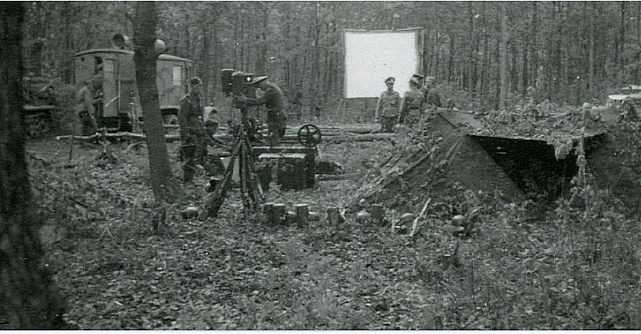 1943_mozi_a_nemet_ss-csapatok_szamara_valahol_a_szovjetunio_teruleten_.jpg