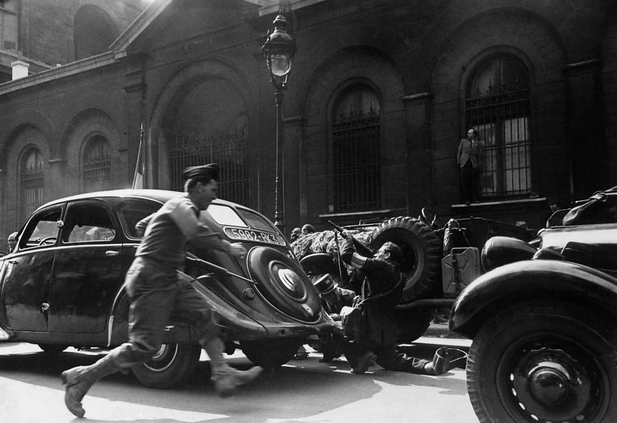 1944_augusztus_vege_nemet_mesterlovesz_lott_a_degaulle_tabornok_erkezeset_elokeszito_konvojra_a_felszabaditott_parizsban_.jpg