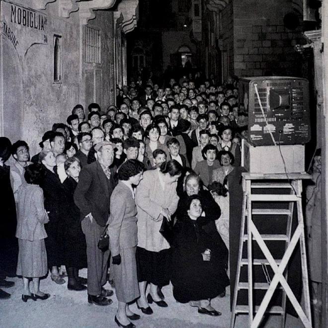 1958_az_elso_televizio_csodajara_gyultek_ossze_maltaiak_gozo-szigeten_.jpg