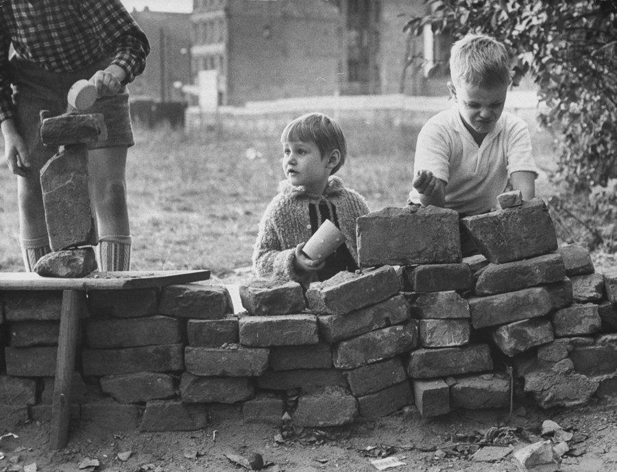 1961_nyugat-berlini_gyerekek_falasat_jatszanak_.jpg