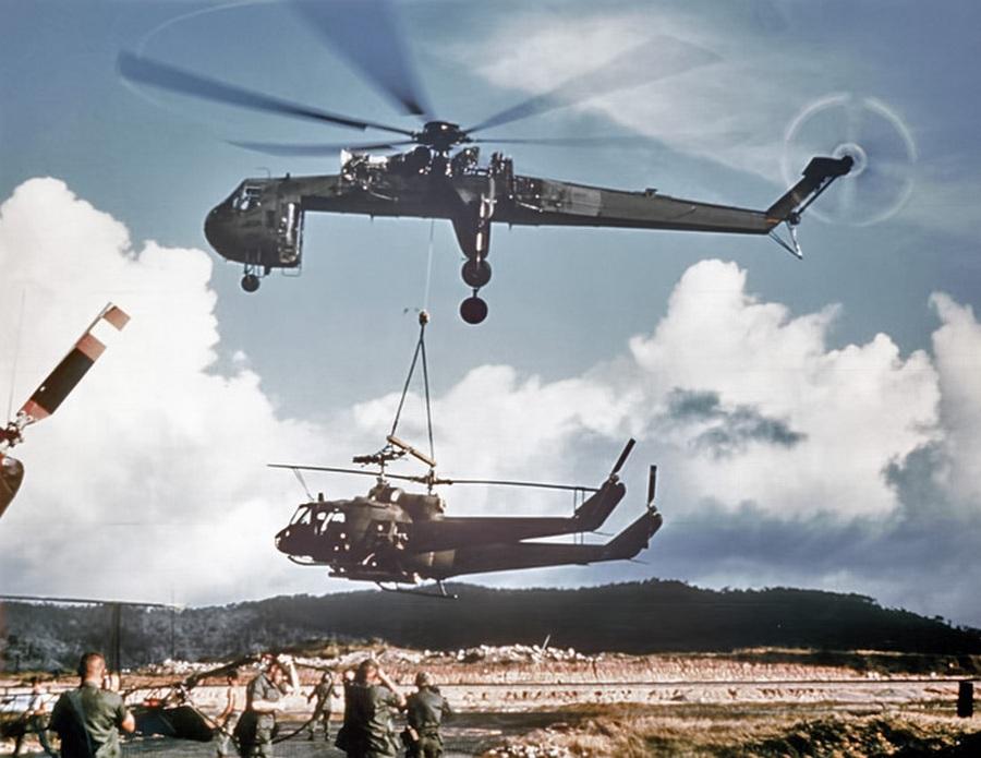1968_sikorsky_skycrane_egyszerre_ket_bell_uh-1s_huey-t_szallit_a_vietnami_konfliktus_idejen_.jpg