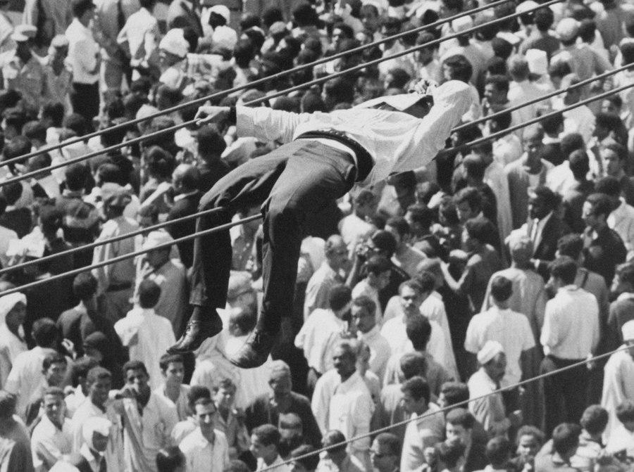 1970_kairo_egy_gyaszolo_pihen_a_melegben_fura_helyen_nasszer_volt_egyiptomi_elnok_temetesi_menetet_varva_.jpg