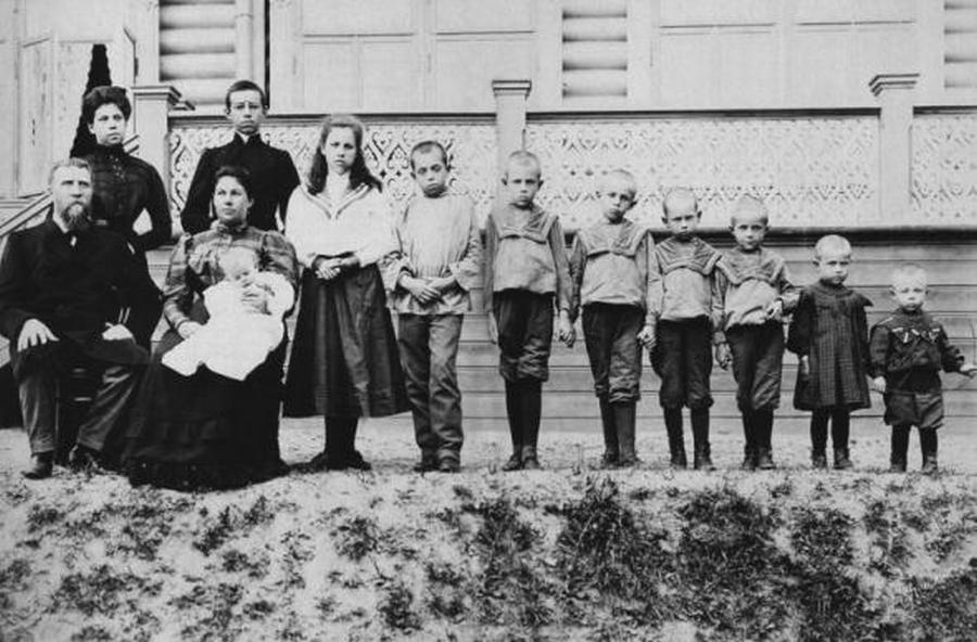 1910_a_polenova-csalad_a_nagykereskedot_es_teljes_csaladjat_1918-ban_a_voros_terror_alatt_kivegeztek_.jpg