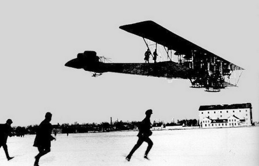 1913_az_ilja-murometsz_a_sikorsky_altal_tervezett_elso_negymotoros_bombazo_elso_probarpulese_.jpg