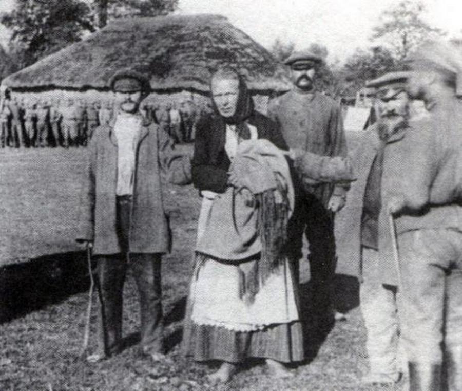 1914_orosz_parasztok_egy_noi_ruhaba_oltozott_nemet_kemet_fogtak_el_.jpg