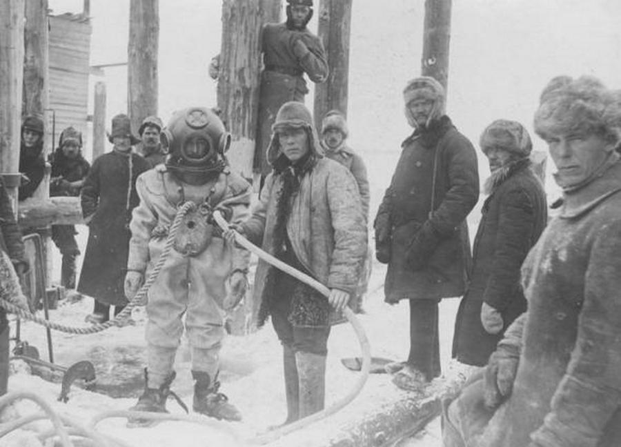 1915_a_habarovszki_amur-hid_epitese_kozben_egy_buvar_meruleshez_keszul_a_viz_alatti_munkak_elvegzesere_.jpg