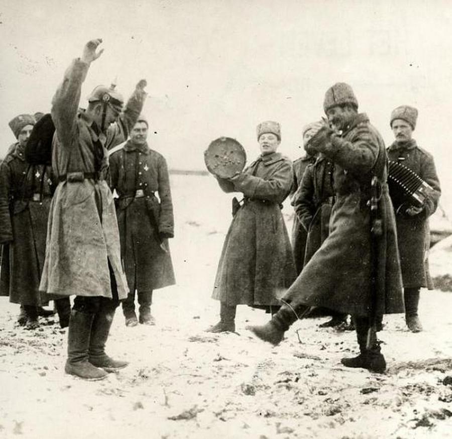 1915_orosz_katonak_tancolni_tanitanak_egy_nemet_foglyot_.jpg