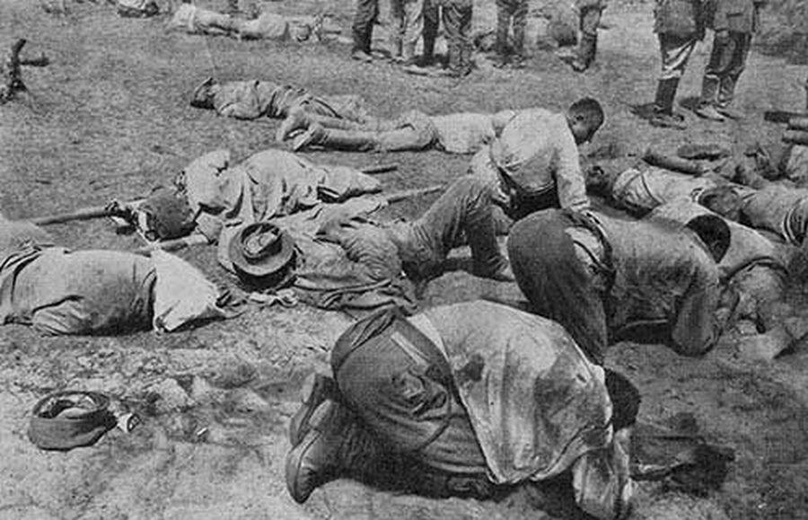 1916_orosz_katonak_egy_nemet_gaztamadas_utan_a_segelyhelyen_.jpg