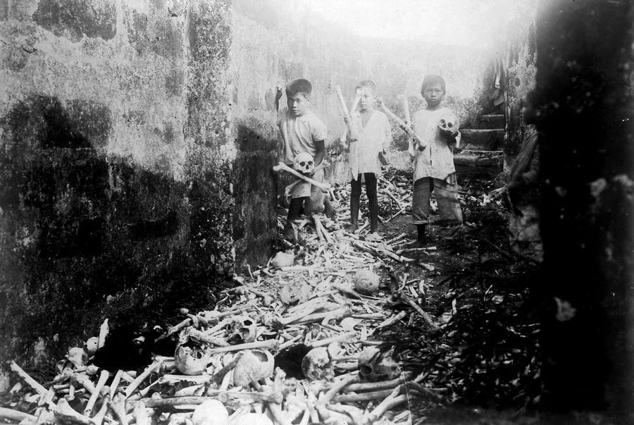 1905_filippino_gyerekek_a_manilai_temetoben_emberi_csontokkal_jatszanak.jpg