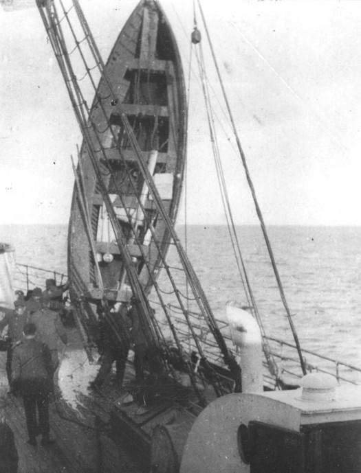 1912_a_titanic_egyik_mentocsonakjanak_kiemelese_a_carpathia_gozosre.jpg