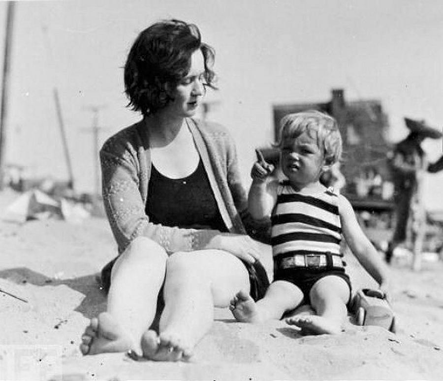 1929_a_3_eves_norma_jane_a_kesobbi_marilyn_monroe_edesanyjaval_a_strandon.jpg