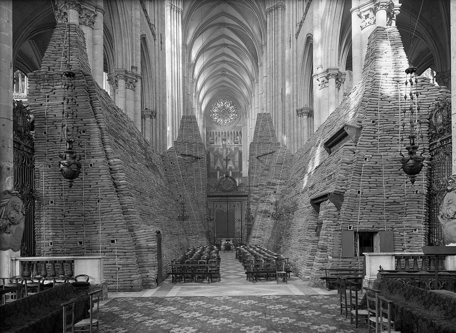 1942_az_amiens-i_katedralis_homokzsakokkal_ovva_a_haboru_idejen.jpg
