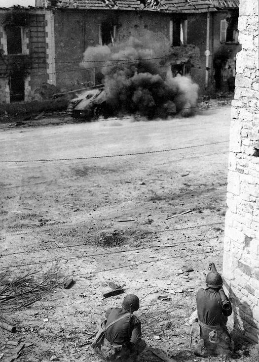 1944_amerikai_katona_pancelokollel_lo_egy_nemet_panther_tankra.jpg