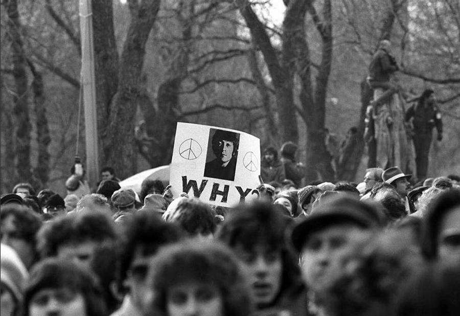 1980_john_lennon_lakasa_kozeleben_halala_utani_napon_osszegyult_ertetlen_tomeg.png