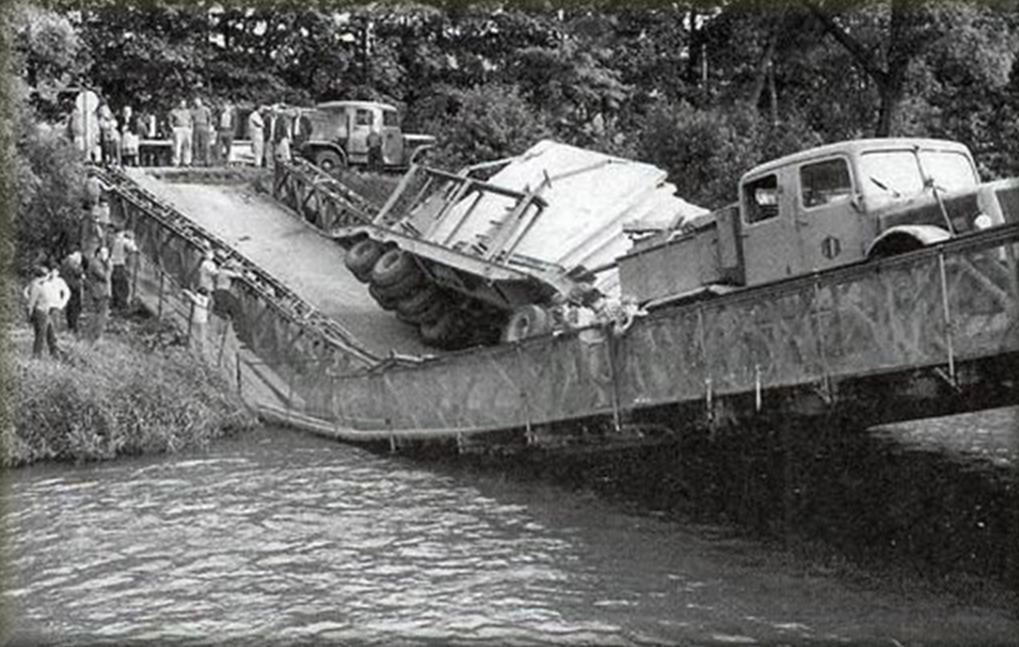 1950. Tatra súlya alatt leszakadt híd.jpg