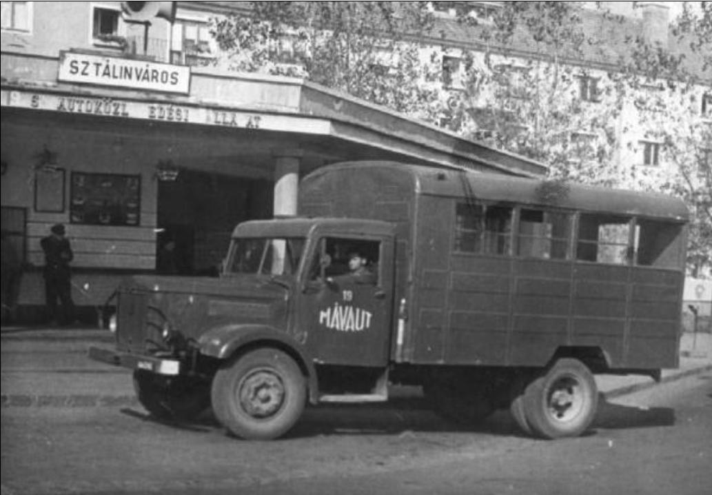 1956. Csepel teherautóból átalakított autóbusz Sztálinváros.jpg