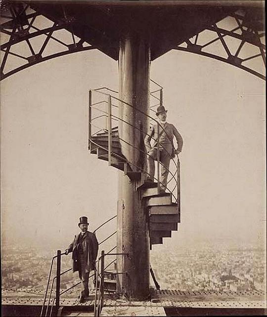 1889_gustave_eiffel_a_kesz_eiffel_tornyon.jpg