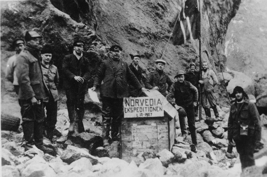 1927_norveg_expedicio_a_bouvet-szigeten_az_atlanti-ocean_deli_reszen_a_sziget_azota_norvegia_legtavolabbi_kulbirtoka.png