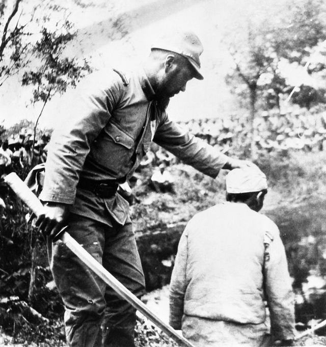 1938_japan_katona_allitja_be_a_kivegzendo_fejet_a_gyors_lefejezhez_a_kinai_nangkingi_meszarlas_idejen.jpg