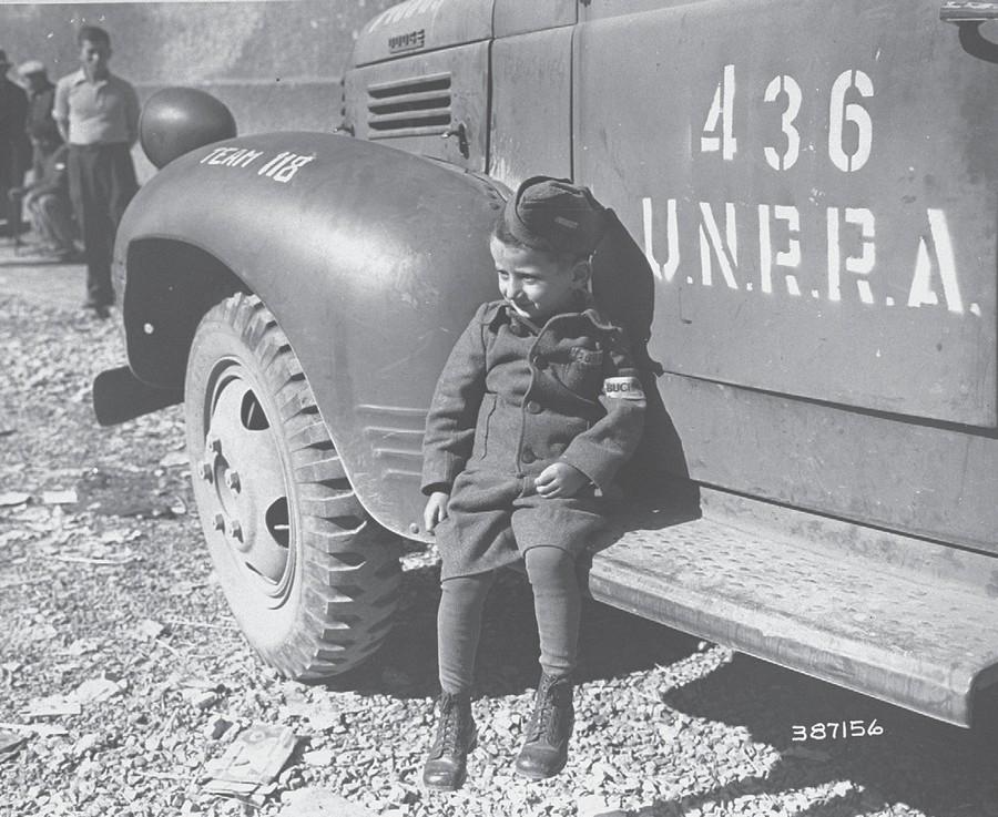 1945_aprilis_a_4_eves_josef_schleifstein_akit_a_buchenwaldi_koncentracios_tabor_felszabaditasakor_talaltak_edesapja_rejtette_el_az_orok_elol_akik_szisztematikusan_probaltak_mindenkit_kivegezni.jpg
