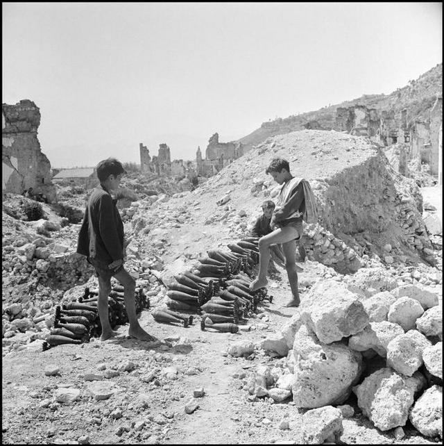 1948_a_lebombazott_monte_cassino_romjai_kozul_aknakat_gyujtenek_ossze_a_helyi_fiuk.jpg