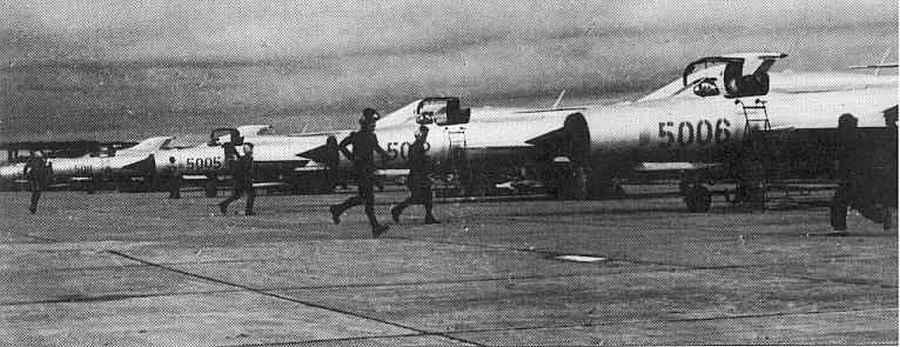 1966_eszak-vietnami_pilotak_rohannak_egy_bevetesen_a_szovjet_mig-21-eseikhez.jpg