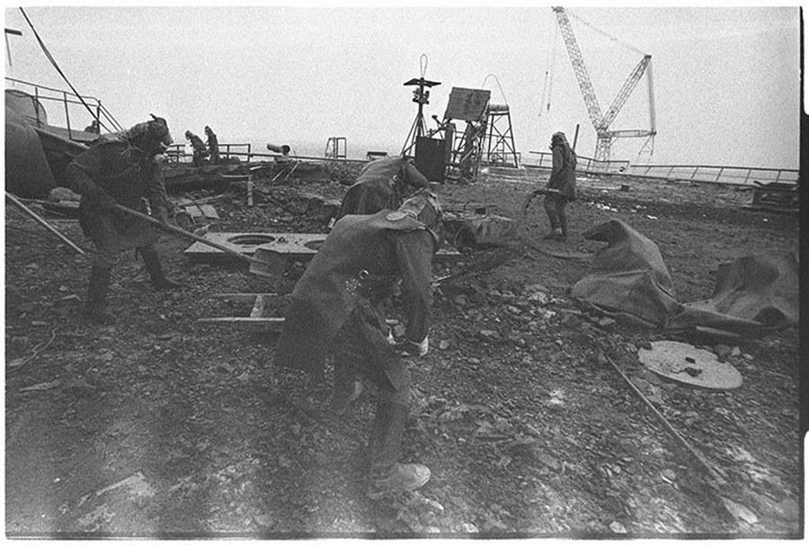 1986_likvidatorok_dolgoznak_csernobilban_a_harmas_reaktor_tetejen_az_erosen_radioaktiv_kornyezetben_mindossze_negyven_masodpercig_tartozkodhattak.jpg