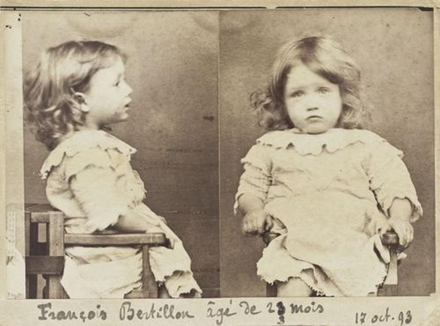 1893_a_23_honapos_francois_bertillon_rendorsegi_fotoja_bune_hogy_nehany_kortet_emelt_el.jpg